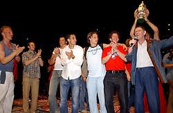 02-06-2003 NED: Huldiging bekerwinnaar FC Utrecht, Utrecht<br /> De spelers en de technische staf kregen een rondrit door de stad in een open Engelse dubbeldekker. Om 20.30 uur keert de stoet terug in Galgenwaard en zal in het stadion de officiële huldiging plaatsvinden / Dirk Kuyt, Herman Berkien