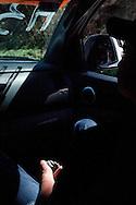 In una jeep dell'autodifesa, verso la liberazione de Los Reyes, un comunitario impugna una pistola.