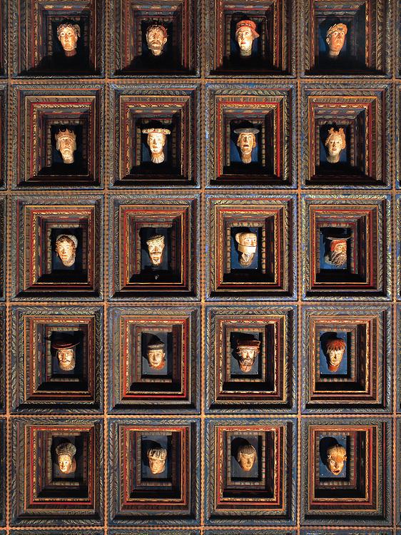 Komnata poselska na Wawelu - strop z widocznymi głowami wawelskimi, Kraków