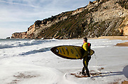 US surfer Garrett McNamara carries his surf board for taking part in waves surf session at Nazaré Beach, Portugal. PHOTO PAULO CUNHA/4SEE