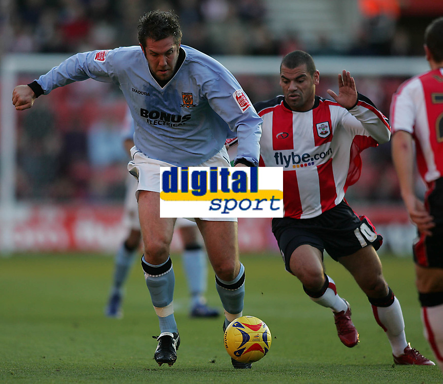 Photo: Lee Earle.<br /> Southampton v Hull City. Coca Cola Championship. 04/11/2006. Hull's Jon Parkin (L) sprints away from Jermainw Wright.