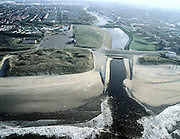Nederland, Zuid-Holland, Katwijk aan de Rijn, 01-12-2005; luchtfoto (25% toeslag); gezien vanaf de Noordzee: Uitwateringskanaal, de monding van de Oude Rijn; noodzakelijk voor de afvoer van rivier- en regenwater (de oorspronkelijk monding verzandde reeds in de 16e eeuw); waterhuishouding, waterbeheer, infrastructuur, spuien, spuisluizen.zie ook andere luchtfoto's van deze regio;.foto Siebe Swart