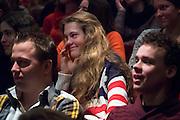 Een meisje met een Amerikaanse vlag als trui zit aandachtig te luisteren. In Utrecht wordt de SGP Jongerendag gehouden. Tijdens de jongerendag wordt dit jaar het thema veiligheid behandeld. De SGP heeft de grootste politieke jongerenpartij van Nederland.
