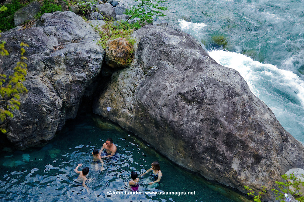 Shin Hodaka No Yu Hot Springs is just next to the Kamata river.  If the soothing hot water at the onsen is not relaxing enough, the rushing waters of the adjacent river will calm your nerves if nothing else does.