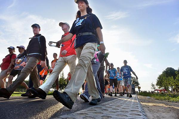Nederland, Nijmegen, 15-7-2014 Start van de 98e 4 daagse. 43000 deelnemers. Op de Wedren worden de polsbandjes gescand waarna via het centrum en de  waalbrug gelopen wordt naar Bemmel en Elst in de Betuwe en wordt wel de dag van Elst genoemd. De vierdaagse is het grootste wandelevenement ter wereld.  Indien nodig is groter bestand beschikbaar bij de fotograaf.The International Four Day Marches Nijmegen, or Vierdaagse, is the largest marching event in the world. It is organised every year in Nijmegen as a means of promoting sport and exercise. Participants walk 30, 40 or 50 kilometers daily, and, on completion, receive a royally approved medal, Vierdaagsekruis. The participants are mostly civilians, but there are also a few thousand military participants. The vierdaagse, Dutch for Four day Event, is an annual walk that has taken place since 1909, being based at Nijmegen since 1916.Foto: Flip Franssen/Hollandse Hoogte