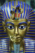Det er fotoforbud som håndheves meget strengt i Det egyptiske museet i Kairo, men det er laget mange souvenirer basert på kulturskattene i museet. Foto: Bente Haarstad Daily life in Cairo, the biggest city in Africa, with something between 18 and 22 mill. inhabitants.