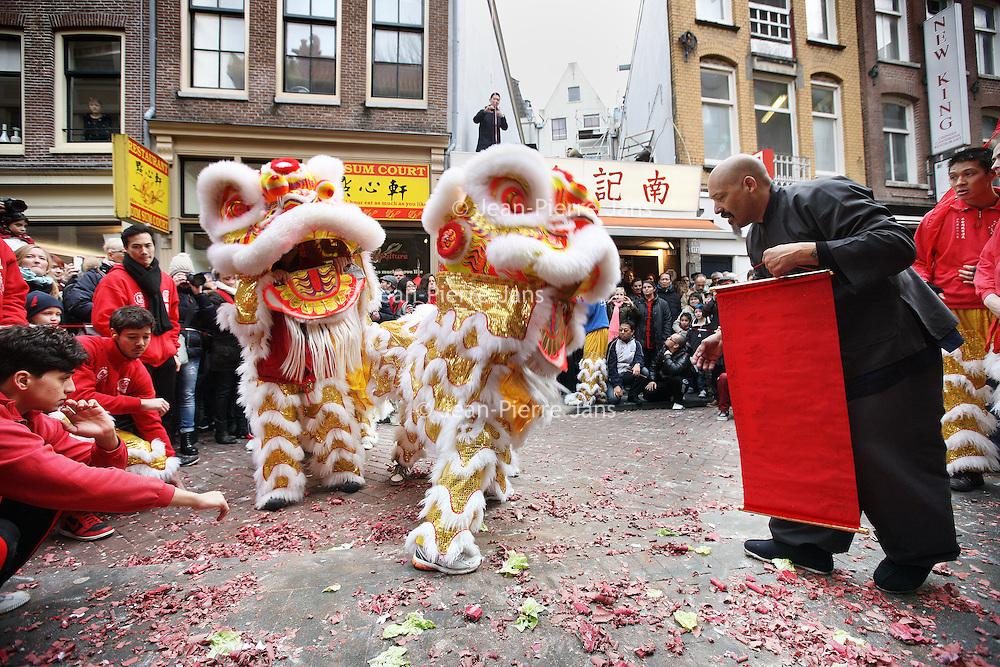 Nederland, Amsterdam , 1 februari 2014.<br /> De Drakendans onderdeel van het Chinees Nieuwjaar rond de Nieuwmarktbuurt, op de Zeedijk.<br /> The Dragon Dance, part of the Chinese New Year celebration around the Nieuwmarkt area of Amsterdam (Chinatown)