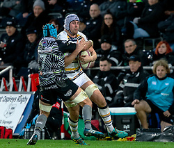 Pierce Phillips of Worcester Warriors under pressure from Justin Tipuric of Ospreys<br /> <br /> Photographer Simon King/Replay Images<br /> <br /> European Rugby Challenge Cup Round 5 - Ospreys v Worcester Warriors - Saturday 12th January 2019 - Liberty Stadium - Swansea<br /> <br /> World Copyright © Replay Images . All rights reserved. info@replayimages.co.uk - http://replayimages.co.uk
