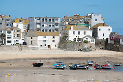 © Licensed to London News Pictures. 31/03/2020. St Ives, Cornwall, UK. Social distancing in a near deserted holiday town of St Ives, in Cornwall Photo credit: MARK HEMSWORTH/LNP