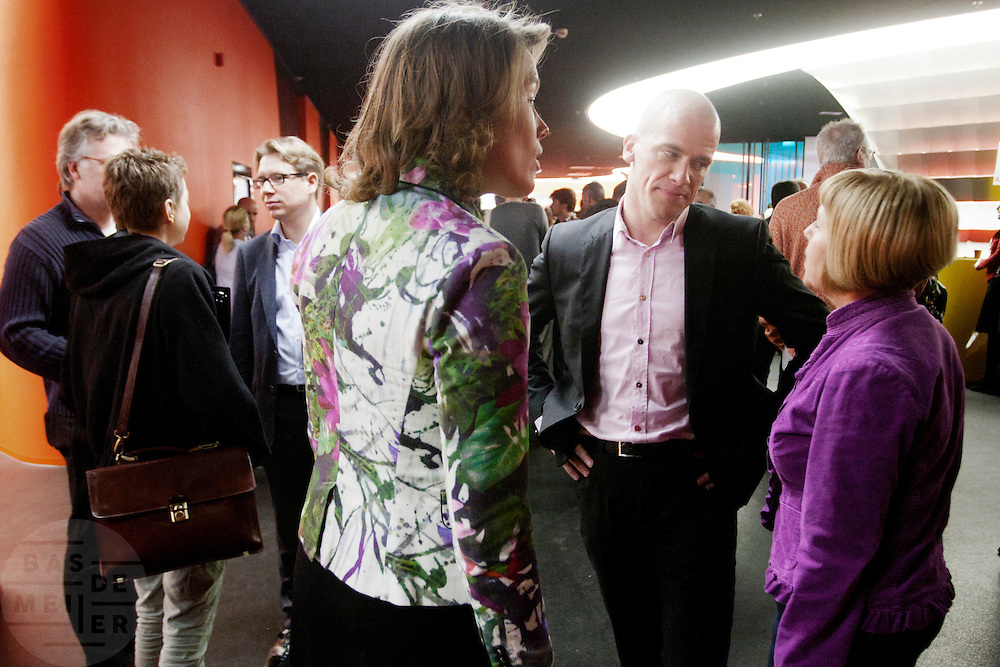 Kandidaat leider Diederik Simsom (tweede rechts) praat met leden. In Utrecht wordt een speciale ledenraad van de PvdA gehouden. Tijdens de vergadering wordt gesproken over het afscheid van Job Cohen en over de toekomst van de partij.<br /> <br /> Diederik Simsom (2nd left) is talking to members of the PvdA. In Utrecht, a special council of the PvdA (Dutch Labour Party) is held . During the meeting the members discussed the departure of Job Cohen as leader and the future of the party