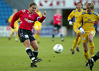 Fotball. Cupfinalen damer Arna-Bjørnar - Trondheims-Ørn 3-4. Ingrid Camilla Fosse Sæthre skyter mot mål. I bakgrunnen Gøril Kringen. <br /> <br /> Foto: Andreas Fadum, Digitalsport