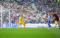 BILDET INNGÅR IKEK I FASTAVTALER. ALL NEDLASTING BLIR FAKTURERT.<br /> <br /> Fotball<br /> Tyskland<br /> Foto: imago/Digitalsport<br /> NORWAY ONLY<br /> <br /> Berlin, Deutschland, 03.10.2015: Fußball Bundesliga Saison 2015/2016 - Hertha BSC - Hamburger SV. Torchance Lewis Holtby (HSV 8) im Zweikampf gegen Torwart Rune Jarstein (Hertha 22)