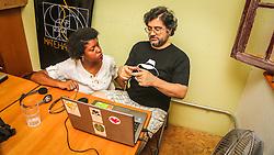 """PORTO ALEGRE, RS, BRASIL, 21-01-2017, 12h32'11"""":  Desiree dos Santos, 32, discute um projeto com o físico e programador Vlademir PIana de Castro, 53, no espaço Matehackers Hackerspace, da Associação Cultural Vila Flores, no bairro Floresta da capital gaúcha. A  Consultora de Desenvolvimento de Software na empresa ThoughtWorks fala sobre as dificuldades enfrentadas por mulheres negras no mercado de trabalho.<br /> (Foto: Gustavo Roth / Agência Preview) © 21JAN17 Agência Preview - Banco de Imagens"""