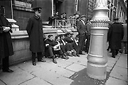 National Farmer's Association sit-down at Department of Agriculture. View of the Crowds surrounding the N.F.A Deputation and watching developments outside the Department of Agriculture, Dublin..20.10.1966