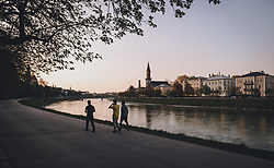 09.04.2020, Salzburg, AUT, Coronavirus in Österreich, im Bild Spaziergänger bei Sonnenuntergang über der Stadt und der Salzach während der Coronavirus Pandemie // Walker at Sunset over the city and the Salzach during the World Wide Coronavirus Pandemic in Salzburg, Austria on 2020/04/09. EXPA Pictures © 2020, PhotoCredit: EXPA/ JFK
