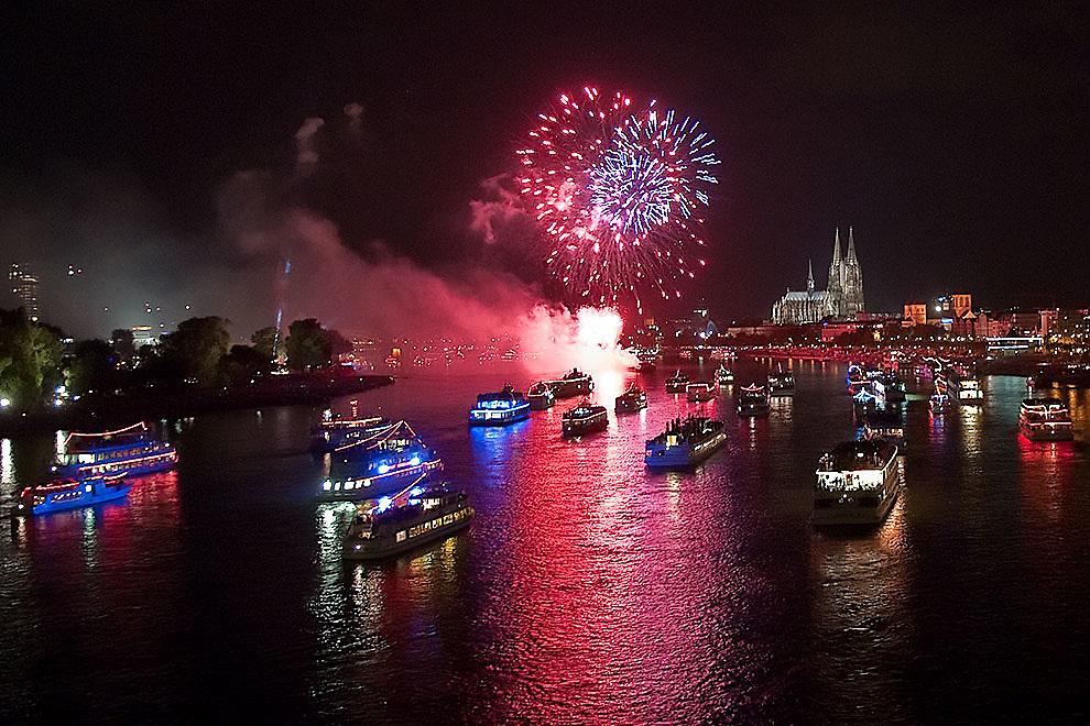 Kölner Lichter Feuerwerk vor Altstadt-Kulisse mit Dom und Hohenzollernbrücke        Cologne, Koelner Lichter  fireworks in front of the Cathedral