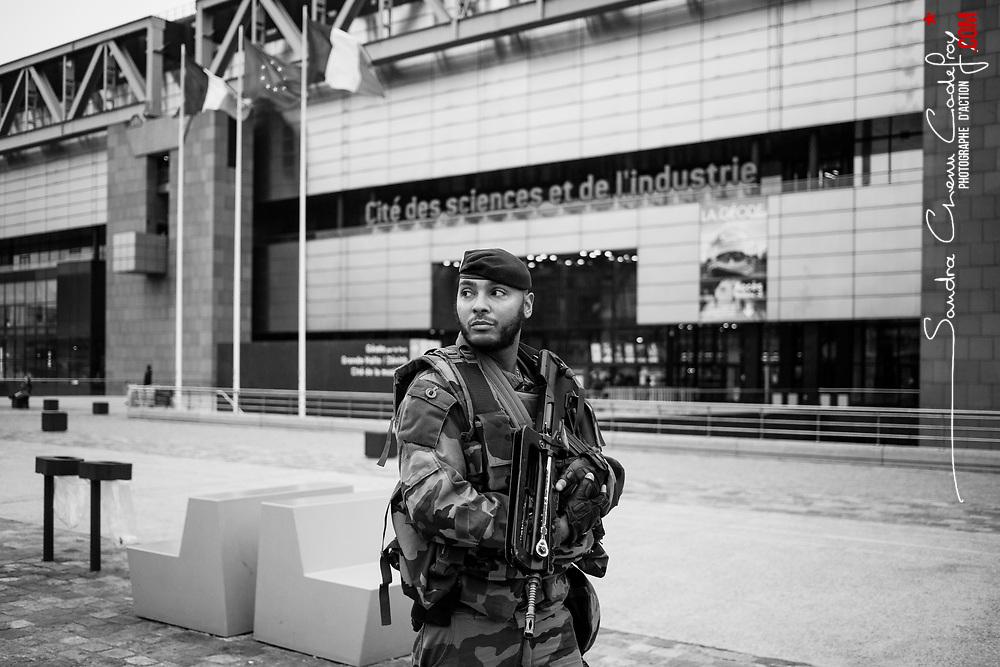 samedi 29 octobre 2016, 10h59, Paris XIX. Dans le cadre de sa patrouille en véhicule aux environs ce militaire du 61eme Régiment d'Artillerie réalise de court parcours à pied devant les sites qui peuvent rassembler du public.