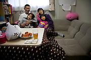 Onagawa  Satsuki KASHIMURA logements provisoires Kasetsujutaku  Mars 2012.Satsuki Kashimura et sa famille ont vécu pendant six mois au village de tente proche du Centre de réfugiés. Depuis le mois de septembre, ils vivent dans les logements provisoires gouvernementaux en fond de vallée. Leur situation est prévue de se prolonger sur deux années minimum, mais ils ne savent pas vraiment quel sera leur issue future.  Lespace pour deux adultes et deux enfants est denviron 24 m2