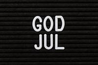 Tredimensjonal julehilsen-tekst «God jul» på bokstavtavle.