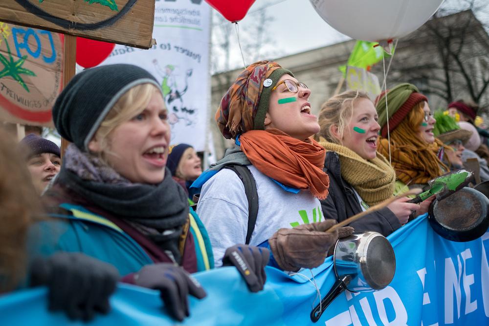 """Großdemonstration """"Wir haben es satt"""" anlässlich der Agrarmesse Grüne Woche: Mehrere zentausend Menschen protestieren in Berlin unter dem Motto """"Essen ist Politik!"""" für gesundes Essen, bäuerlich-ökologischere Landwirtschaft und fairen Handel.<br /> <br /> [© Christian Mang - Veroeffentlichung nur gg. Honorar (zzgl. MwSt.), Urhebervermerk und Beleg. Nur für redaktionelle Nutzung - Publication only with licence fee payment, copyright notice and voucher copy. For editorial use only - No model release. No property release. Kontakt: mail@christianmang.com.]"""