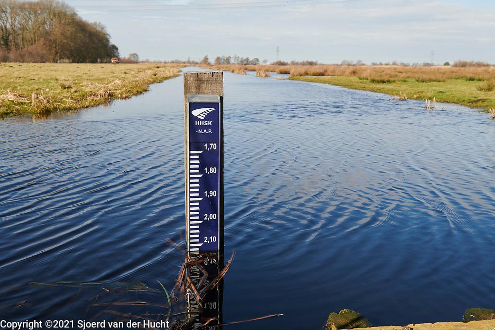 Waterpeilmeter in een sloot in de polder van de Krimpenerwaard. | Water level gauge in a ditch in the polder of the Krimpenerwaard, South-Holland, Netherlands