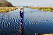 Waterpeilmeter in een sloot in de polder van de Krimpenerwaard. | Water level gauge in a ditch in the polder of the Krimpenerwaard, South-Holland, Netherlands