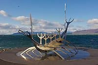 Islande, Reykjavik, sculpture d'un bâteau viking // Iceland, Solfar Suncraft, a modern stainless steel sculpture of a traditional viking craft that looks out into Reykjavik harbour