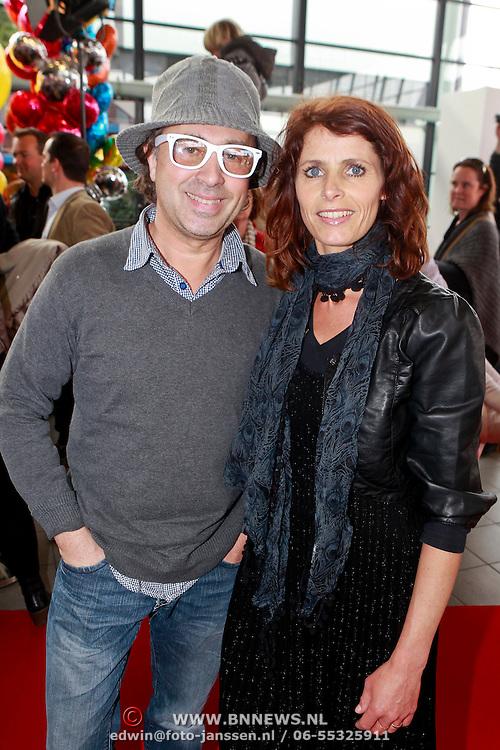 NLD/Rotterdam/20110401 - Premiere Disney on Ice 2011, Bart bosch en partner Mera Arendse met kinderen