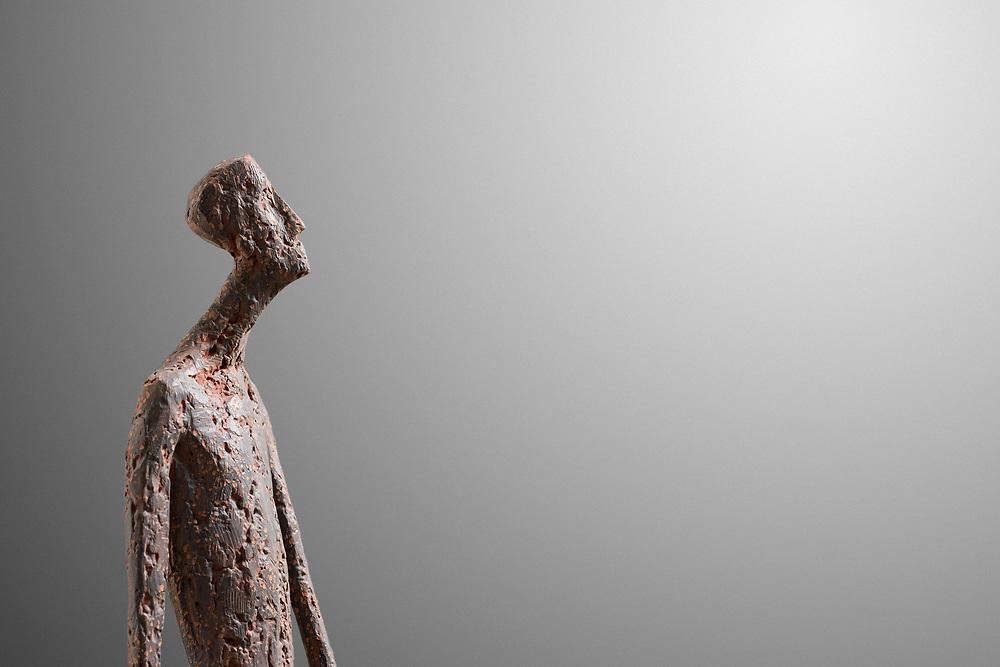 Gerald Moroder, sculptor; riverente, 2021, terra di mattone, 174cm