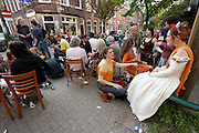 In de Lijsterstraat in Utrecht vieren bewoners Koninginnedag op straat.<br /> <br /> At the Lijsterstaat in Utrecht people are celebrating Queensday on the street.