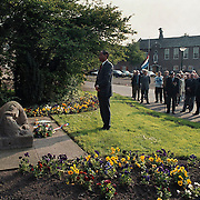 Dodenherdenking 2000 Huizen, gedenkteken Naarderstraat burgemeester Verdier legt een krans