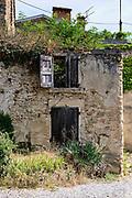 Charmes sur l'Herbasse, Drôme, Frankrijk - augustus 2021: Een verlaten huis overwoekerd door planten. |  Charmes sur l'Herbasse, Drôme, France - August 2021: An abandoned house overgrown by plants.