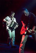 Nederland, Nijmegen, 15-10-1999De nederlandstalige band Rowwen Heze, met zanger en gitarist Jack Poels. Popmuziek.De accordeonist van Rowen Heze, Tren van Enckevort,  tijdens het optredenFoto: Flip Franssen/Hollandse Hoogte