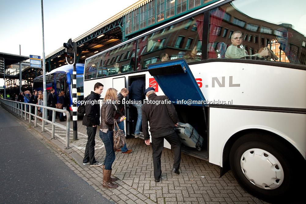 den bosch,de NS regelde bussen voor treinreizigers,die niet met de trein konmden gaan op het treinstation van den bosch