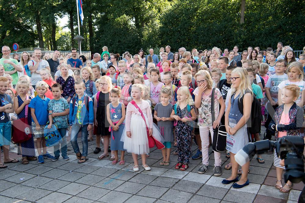 LUTTEN - Opening de Fontein.<br /> Foto: Schoolplein vol met ouders en kinderen.<br /> FFU PRESS AGENCY COPYRIGHT FRANK UIJLENBROEK