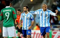 Fotball<br /> VM 2010<br /> Argentina v Mexico<br /> 27.06.2010<br /> Foto: Insidefoto/Digitalsport<br /> NORWAY ONLY<br /> <br /> L'esultanza a fine partita di Juan Veron e Javier Mascherano (Argentina)