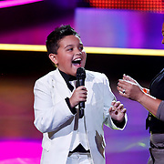 NLD/Hilversum/20100910 - Finale Holland's got Talent 2010, Kim haalt moeder op het podium tijdens het zingen van lied My Gril