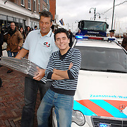 NLD/Volendam/20061113 - Uitreiking Platina cd's aan Jan Smit, op een politieauto