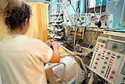 Nederland, Nijmegen, 1-11-2001Intensive Care verpleegkundige verzorgt patiënt en controleert de aparatuur. Problemen gezondheidszorg, beddentekort,wachtlijsten.Foto: Flip Franssen