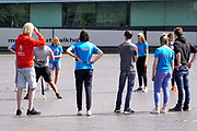 Nederland, Nijmegen, 20-8-2019 Tijdens de introductie voor eerstejaars studenten aan de Radboud universiteit is traditioneel een dag ingeruimd om de stad te leren kennen. Groepjes eerstejaars lopen door de stad of doen onder leiding van hun oudere mentoren spelletjes .FOTO: FLIP FRANSSEN