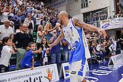 DESCRIZIONE : Beko Legabasket Serie A 2015- 2016 Dinamo Banco di Sardegna Sassari -Vanoli Cremona<br /> GIOCATORE : David Logan<br /> CATEGORIA : Fair Play Postgame Tifosi Pubblico Spettatori<br /> SQUADRA : Dinamo Banco di Sardegna Sassari<br /> EVENTO : Beko Legabasket Serie A 2015-2016<br /> GARA : Dinamo Banco di Sardegna Sassari - Vanoli Cremona<br /> DATA : 04/10/2015<br /> SPORT : Pallacanestro <br /> AUTORE : Agenzia Ciamillo-Castoria/L.Canu
