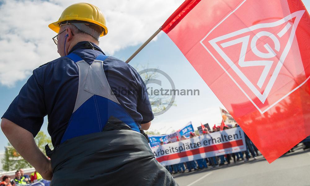 Berlin, Germany -  03.05.2016 <br /> <br /> IG Metall strike rally in Berlin-Siemensstadt. Employees of the morning shift of several firms, including Siemens, BMW, Osram and Nokia,  lay down tools to join a protest rally. The union IG Metall demands in the current Germany-wide wage negotiations in the metal industry, among others 5% rise in wages.<br /> <br /> IG-Metall Warnstreik Kundgebung in Berlin-Siemensstadt. Beschaeftigte der Fruehschicht verschiedener Betriebe inklusive Siemens, Osram, BMW und Nokia, legen die Arbeit nieder um ein einer Streikkundgebung teilzunehmen. Die Gewerkschaft IG-Metall fordert in der aktuellen deutschlandweiten Tarifauseinandersetzung in der Metall-Branche u.a. 5% mehr Lohn.  <br /> <br /> Photo: Bjoern Kietzmann
