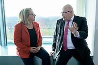 04 MAR 2020, BERLIN/GERMANY:<br /> Svenja Schulze (L), SPD, Bundesumweltministerin, und Peter Altmeier (R), CDU, Bundeswirtschaftsminister, im Gespraech, vor Beginn der Kabinettsitzung, Bundeskanzleramt<br /> IMAGE: 20200304-01-023<br /> KEYWORDS: Kabinett, Sitzung, Gespräch