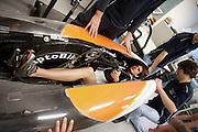 Oud schaatser Jan Bos probeert of hij in de recordfiets van 2011 past.Studenten van de TU Delft en VU Amsterdam verrichten metingen aan de renners die een poging gaan wagen om het wereldrecord fietsen te verbreken. Oud-schaatser Jan Bos en Sebastiaan Bowier gaan proberen het record van 133 km/h te verbreken. Wil Baselmans en Alwin Visker zijn geselecteerd om het werelduurrecord te verbreken. In 2011 haalde Bowier 129 km/h. De andere rijders doen voor het eerst mee.<br /> <br /> Former skater Jan Bos tries if he fits in the record bike of 2011. Students of the TU Delft and the VU Amsterdam are measuring the condition of the for riders who will try to attempt to break the world record speed biking. Former skater Jan Bos and Sebastiaan Bowier will try to set a new top speed record. Wil Baselmans and Alwin Visker are selected to set a new top distance in an hour. Bowier reached in 2011 129 km/h, the world record is 133 km/h.
