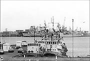Nederland, Den Helder, 1-11-1985Serie beelden gemaakt voor twaalf verhalen in het blad Intermediair eind 1985, begin 1986 over de staat van de nederlandse economie per provincie . De marinebasis in Den Helder, noord holland . Basis van de marine, vloot,nederlandse,schepen,marineschepen,mijnnenjager,fregat,torpedobootjager, haven,marinehaven .De computer deed voorzichtig zijn intrede, er bestond geen mobiele telefoon, gsm, of internet . De analoge maatschappij . Transitie naar het computertijdperk en automatisering, robotisering .Foto: Flip Franssen