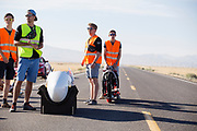 Het team staat klaar voor de kwalificaties op maandagmorgen. In Battle Mountain (Nevada) wordt ieder jaar de World Human Powered Speed Challenge gehouden. Tijdens deze wedstrijd wordt geprobeerd zo hard mogelijk te fietsen op pure menskracht. De deelnemers bestaan zowel uit teams van universiteiten als uit hobbyisten. Met de gestroomlijnde fietsen willen ze laten zien wat mogelijk is met menskracht.<br /> <br /> The qualification at Monday morning. In Battle Mountain (Nevada) each year the World Human Powered Speed Challenge is held. During this race they try to ride on pure manpower as hard as possible.The participants consist of both teams from universities and from hobbyists. With the sleek bikes they want to show what is possible with human power.