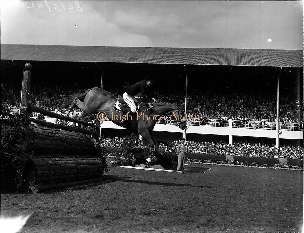 "05/08/1960<br /> 05/08/1960<br /> 05 August 1960<br /> R.D.S Horse Show Dublin (Friday). Aga Khan Trophy. Mrs Dawn Wofford, Great Britain, on ""Hollandia""."