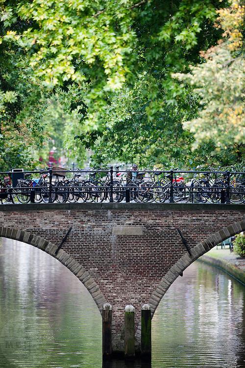 Geparkeerde fietsen op de Weesbrug in Utrecht.<br /> <br /> Parked bicycles on a bridge in Utrecht.