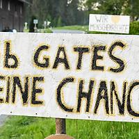 18.05.2020, Ortanfang Weiler, Weiler-Simmerberg, GER, , ein Anwohner hat einige Protestschilder, die bei den derzeitigen Corona-Protesten verwendet werden, am Strassenrand aufgestellt.<br /> im Bild Protestschild mit Bezug auf Bill Gates<br /> <br /> Foto © nordphoto / Hafner