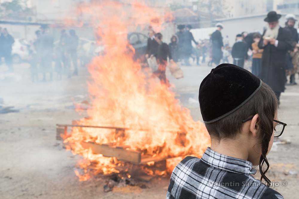 Jerusalem, Israel. 30th March, 2018. A kid wearing kippa in front of a bonfire at Mea Shearim neighborhood during the morning of Pesach. © Valentin Sama-Rojo.